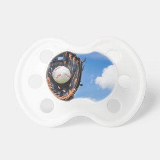Chupeta Entregue guardarar o basebol na luva com céu azul