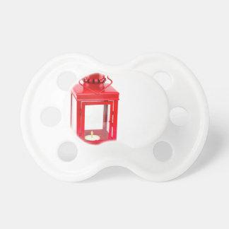 Chupeta Lanterna vermelha com tealight ardente no branco