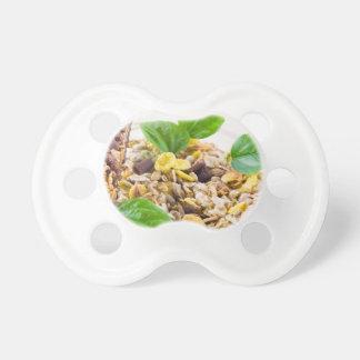 Chupeta Mistura seca de muesli e de cereal em uma bacia de
