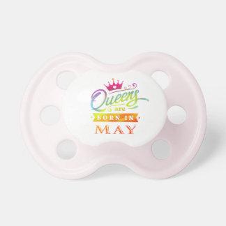 Chupeta O Queens é em maio presente de aniversário nascido