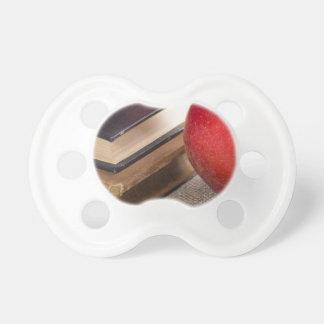 Chupeta Opinião do fim-acima das maçãs vermelhas e velho