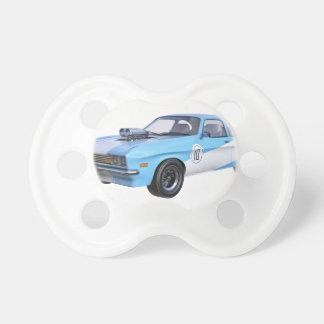 Chupeta os anos 70 azuis e carro branco do músculo