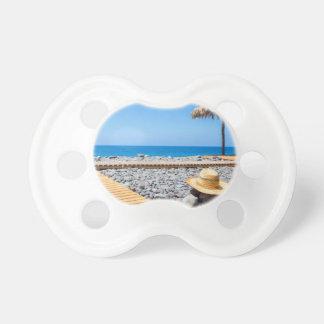 Chupeta Praia rochoso portuguesa com os parasóis do chapéu