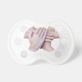 Chupeta Seis braços unem-se com as mãos em se