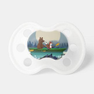 Chupeta Urso bonito e Fox que kayaking em um rio selvagem
