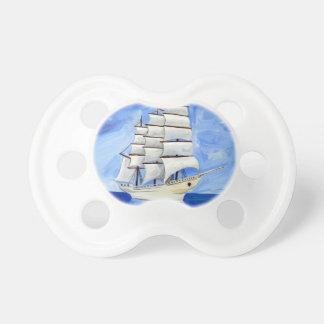 Chupeta veleiro branco no mar azul