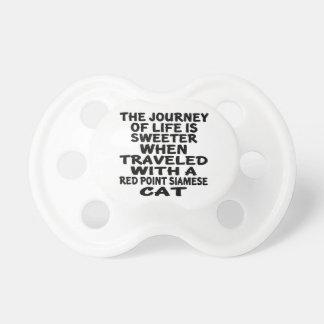 Chupeta Viajado com o gato siamese do ponto vermelho