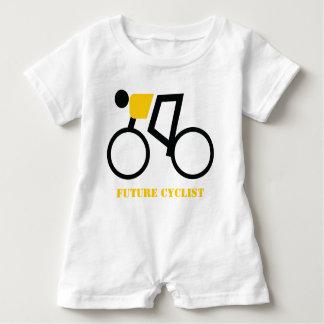 Ciclista futuro que monta seu costume da bicicleta macacão para bebê
