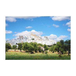 Cidade branca Ostuni com oliveiras, canvas de