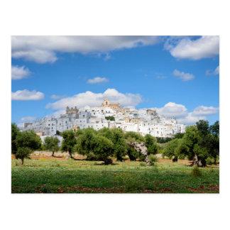 Cidade branca Ostuni e oliveiras, cartão de Puglia