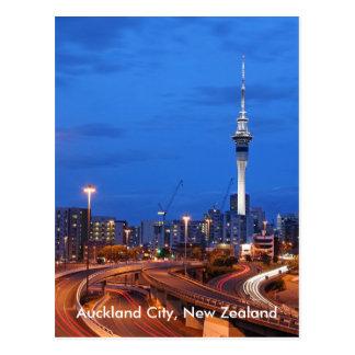 Cidade de Auckland, Nova Zelândia no crepúsculo Cartão Postal