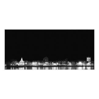 Cidade na noite iluminada panfleto