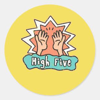 Cinco etiquetas altas com um fundo amarelo
