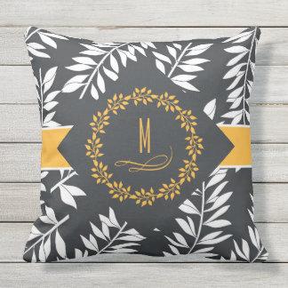 Cinza de carvão vegetal com acentos e monograma almofada
