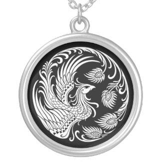 Círculo branco tradicional de Phoenix no preto Colar Banhado A Prata