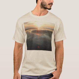 Círculo da areia na camisa do por do sol