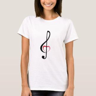 Clef da música do coração na camisa da mulher