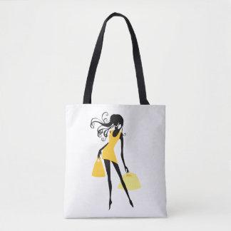 Cliente da mulher no amarelo com as bolsas