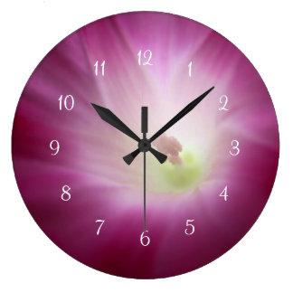 Close up branco cor-de-rosa da corriola relógio grande