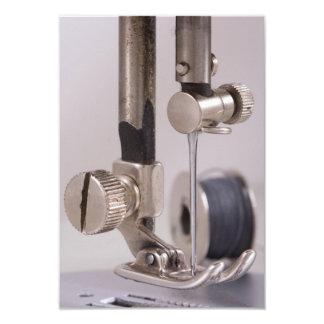 Close up da agulha da máquina de costura convite personalizados