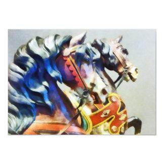 Close up de dois cavalos do carrossel convite personalizado