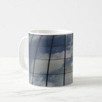 Clouda & caneca de café branco da estrutura
