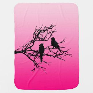 Cobertor De Bebe Pássaros em um ramo, preto contra o rosa do