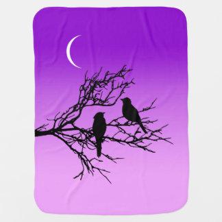 Cobertor De Bebe Pássaros em um ramo, preto contra o roxo