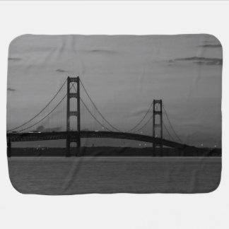 Cobertor De Bebe Ponte de Mackinac no Grayscale do crepúsculo