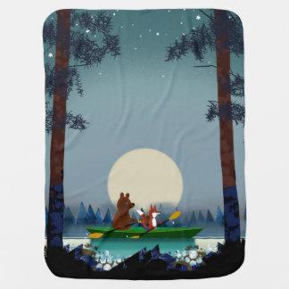 Cobertor De Bebe Urso e Fox que kayaking em um rio selvagem da
