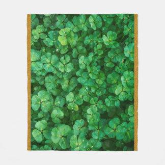 Cobertor De Velo Folhas verdes do trevo com gotas da água