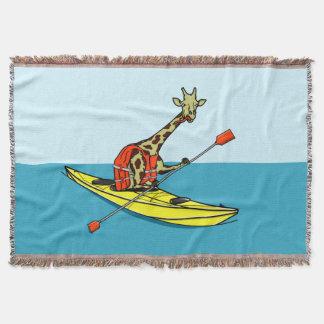 Cobertor Girafa dos desenhos animados em um caiaque do mar