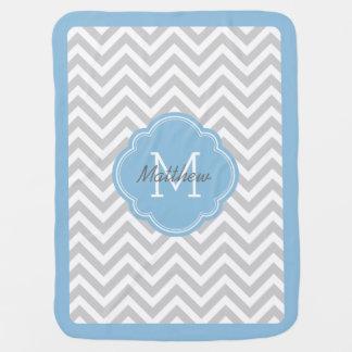 Cobertor Para Bebe Monograma de Chevron das cinzas e dos azul-céu