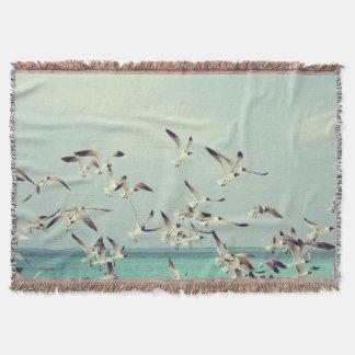 Cobertura do lance das gaivota de mar em vôo coberta