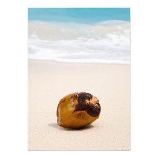 Coco em uma praia tropical convite personalizados