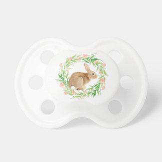 Coelhinho da Páscoa bonito na grinalda floral Chupeta De Bebê