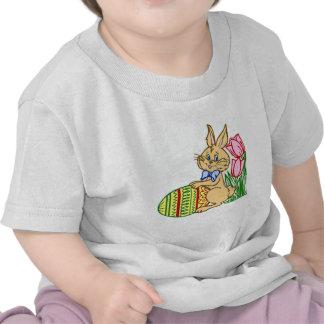 Coelhinho da Páscoa com ovo e tulipas T-shirts