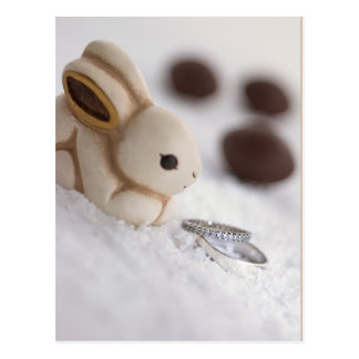 Coelhinho da Páscoa e aneis de noivado na neve Cartão Postal