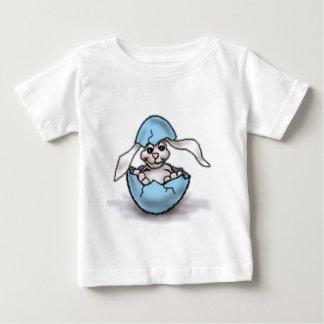 Coelhinho da Páscoa em um ovo azul Camisetas