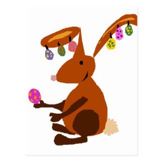 Coelhinho da Páscoa engraçado com brincos do ovo Cartão Postal