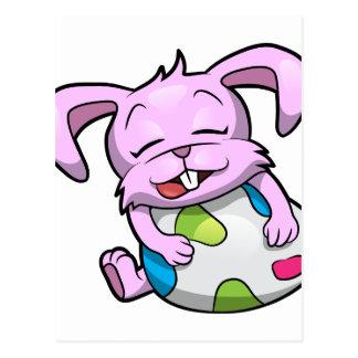 Coelhinho da Páscoa que abraça um ovo Cartão Postal