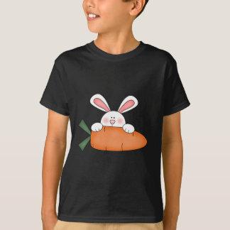Camiseta Coelho com camiseta e presentes da cenoura