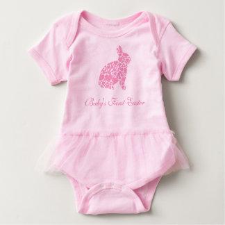 Coelho cor-de-rosa do coração da primeira páscoa body para bebê