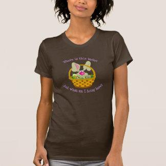 Coelho em uma camisa da páscoa da cesta camisetas