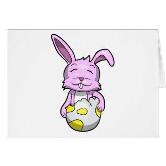 Coelho no ovo da páscoa cartão comemorativo