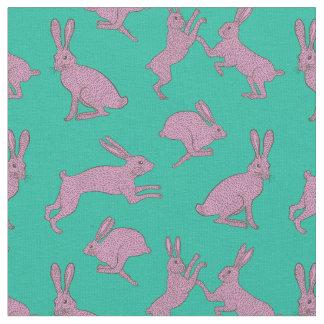 Coelhos cor-de-rosa bonitos no tecido verde do