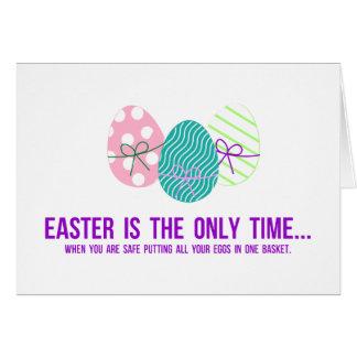 Cofre forte para pôr ovos em uma cesta cartão