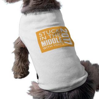 Colado no meio com você a camiseta de cão