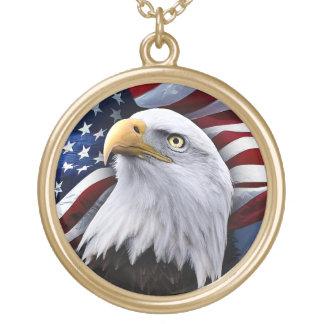 Colar Banhado A Ouro Águia americana na frente da bandeira americana