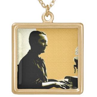 Colar Banhado A Ouro García Lorca no piano